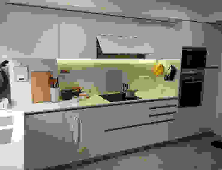 Cocina moderna, espaciosa y luminosa con zona office Cocinas de estilo moderno de femcuines Moderno