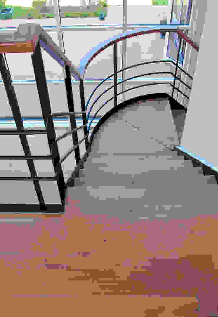 Prachtig licht woonhuis in combinatie met een houten vloer van ZILVA Moderne gangen, hallen & trappenhuizen van Zilva Vloeren Modern