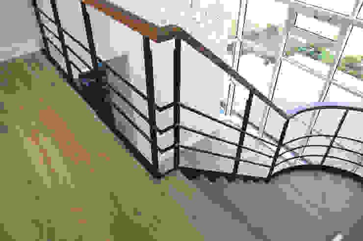Prachtig licht woonhuis in combinatie met een houten vloer van ZILVA Industriële gangen, hallen & trappenhuizen van Zilva Vloeren Industrieel