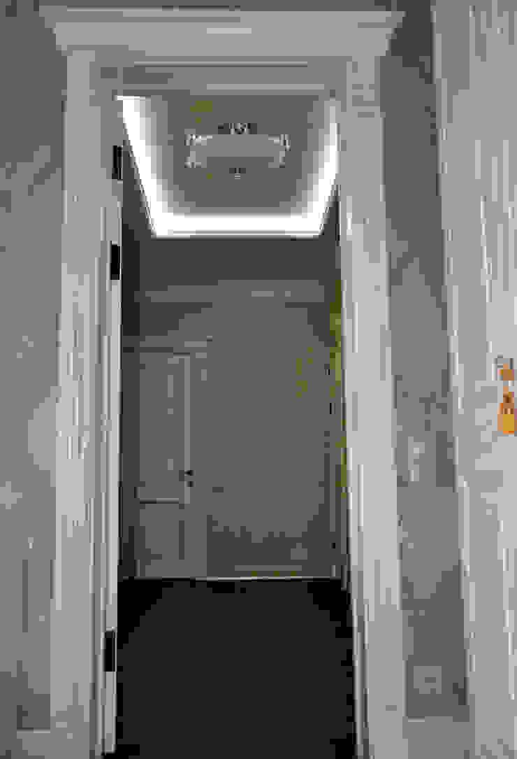 КРЕМ-БРЮЛЕ <q>ПО-КЛАССИЧЕСКИ</q> Коридор, прихожая и лестница в классическом стиле от студия дизайна архитектурной среды 'S-KVADRAT' Классический
