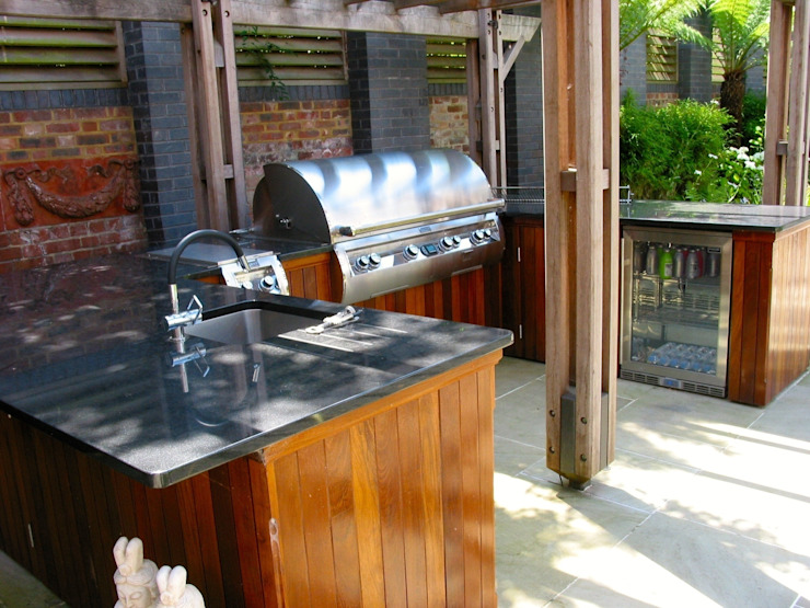 view of sink, BBQ and fridge من wood-fired oven كلاسيكي