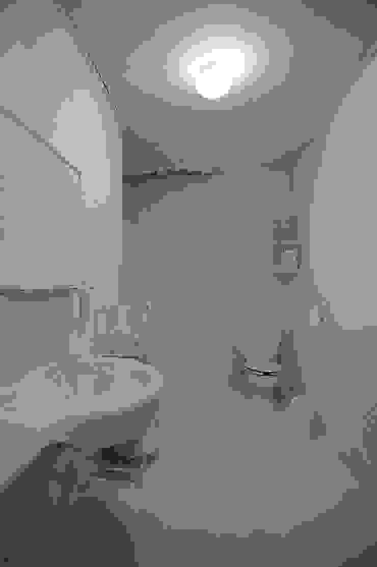 지우기-화장실_페인트, 화장실_가변설치 2014: Haing-studio의 현대 ,모던