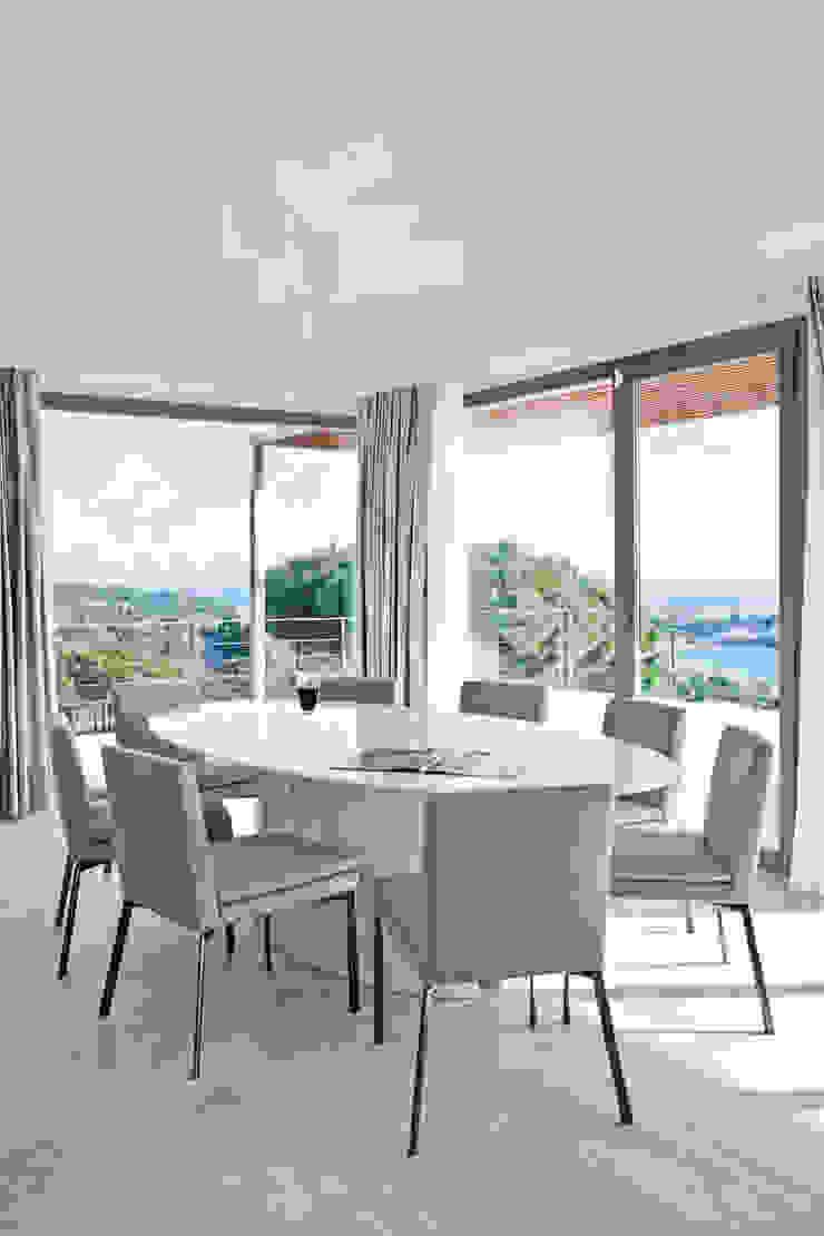 Дом в Сагаро, Испания. Столовая комната. IND Archdesign. Столовая комната в средиземноморском стиле от IND Archdesign Средиземноморский