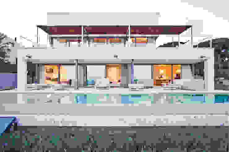 Дом в Сагаро, Испания. Бассейн. IND Archdesign. Бассейн в средиземноморском стиле от IND Archdesign Средиземноморский