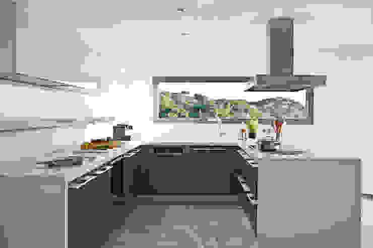 Дом в Сагаро, Испания. Кухня. IND Archdesign. Кухня в средиземноморском стиле от IND Archdesign Средиземноморский