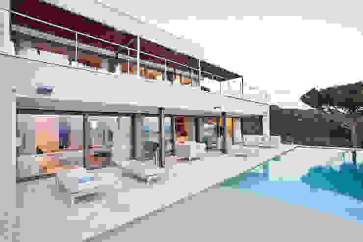 Piscinas mediterrâneas por IND Archdesign Mediterrâneo