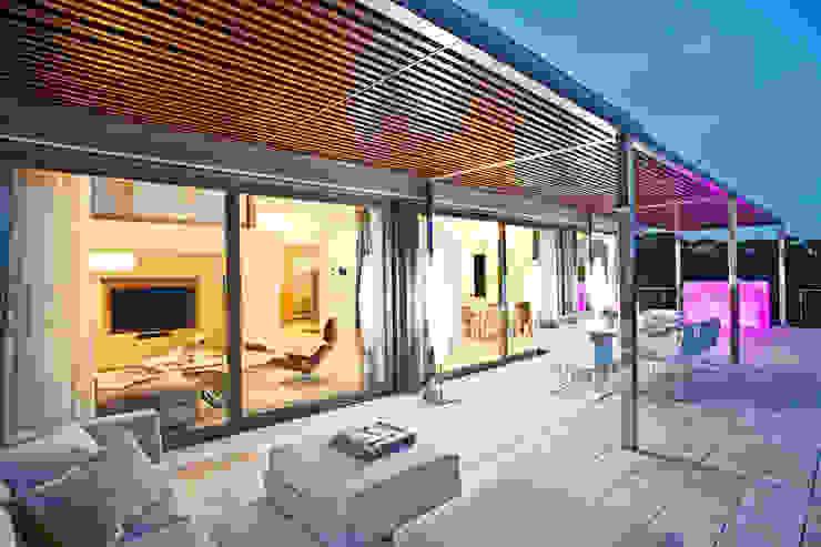 Дом в Сагаро, Испания. Гостиная. IND Archdesign. Терраса в средиземноморском стиле от IND Archdesign Средиземноморский