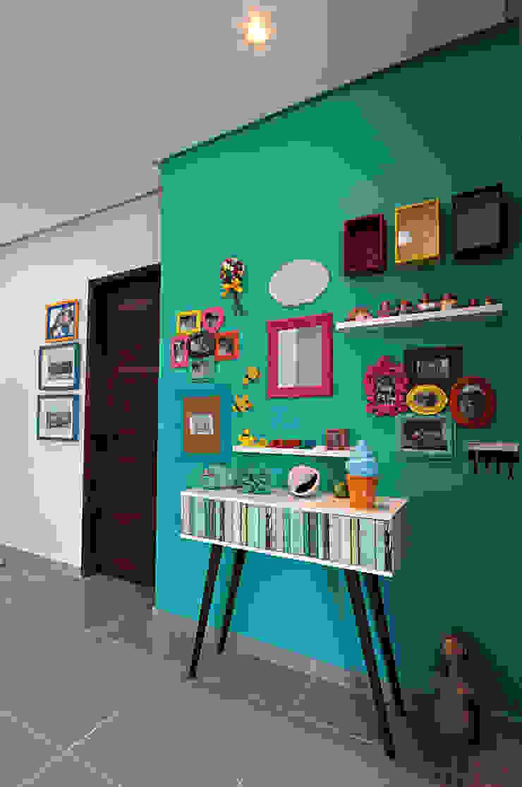 熱帶式走廊,走廊和樓梯 根據 Celia Beatriz Arquitetura 熱帶風