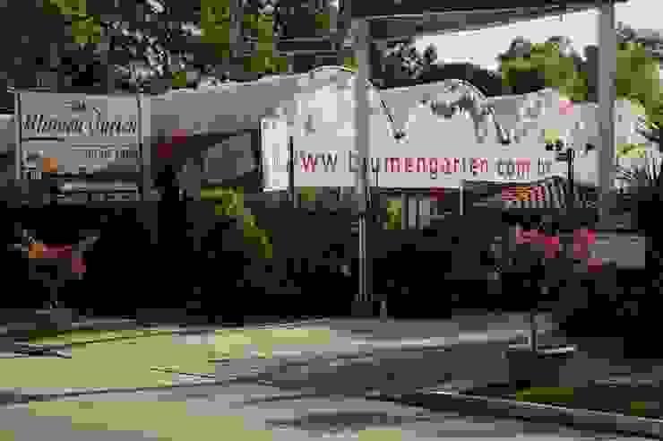 Entrada da Empresa Espaços comerciais clássicos por Blumengarten Plantas e Flores LTDA Clássico