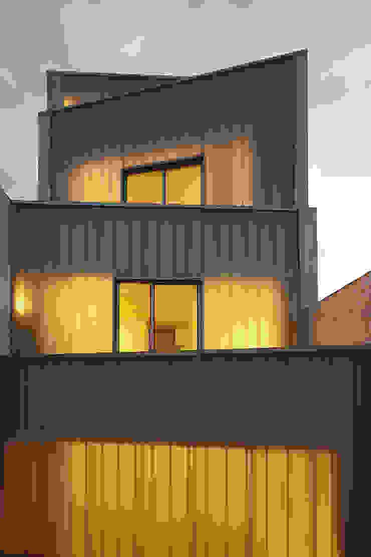 Fachada posterior RUE Casas de estilo clásico