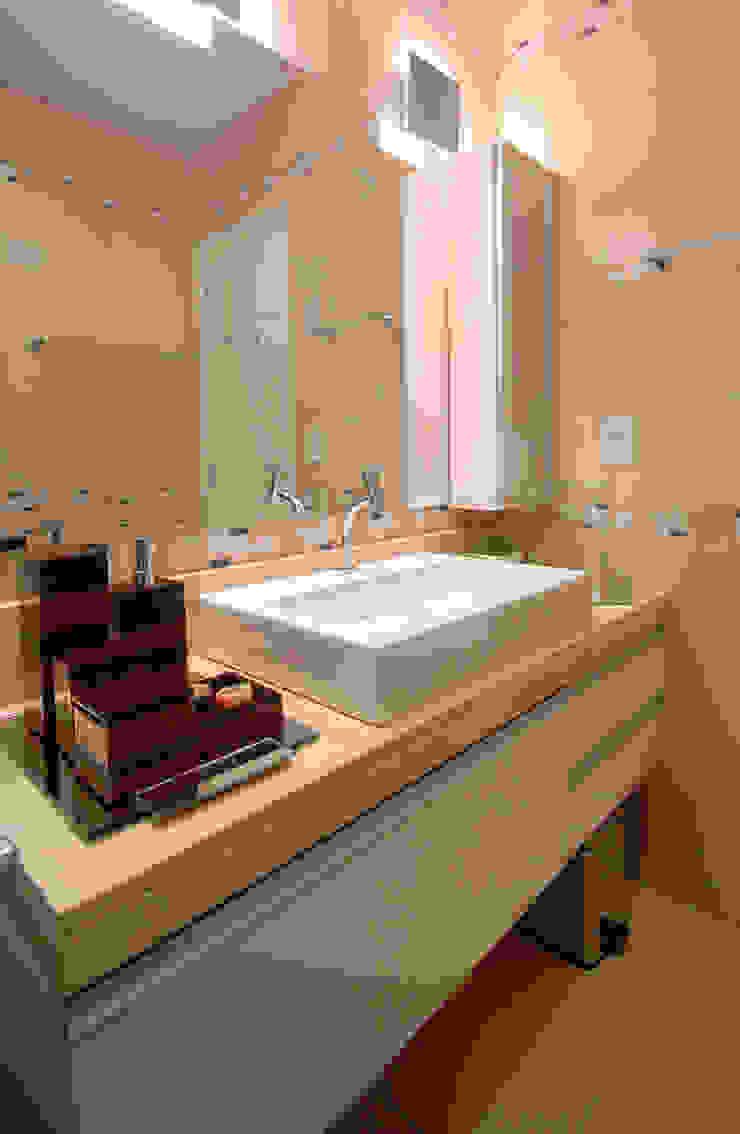 Lavabos e Banheiros Banheiros clássicos por Celia Beatriz Arquitetura Clássico
