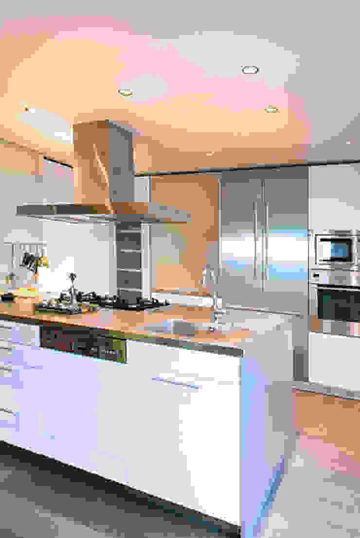 Cocina apartamento Caldes Estrach, Barcelona de ETNA STUDIO Moderno Madera Acabado en madera