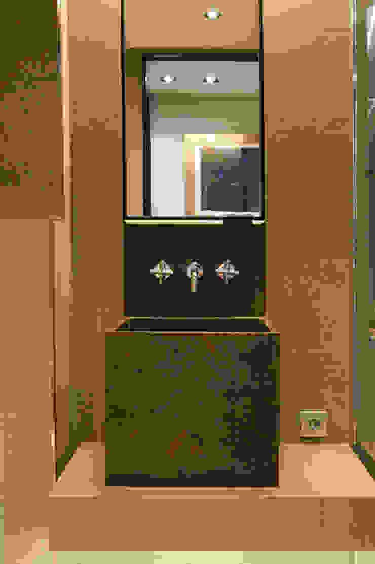 Casas de banho modernas por ETNA STUDIO Moderno Madeira Acabamento em madeira