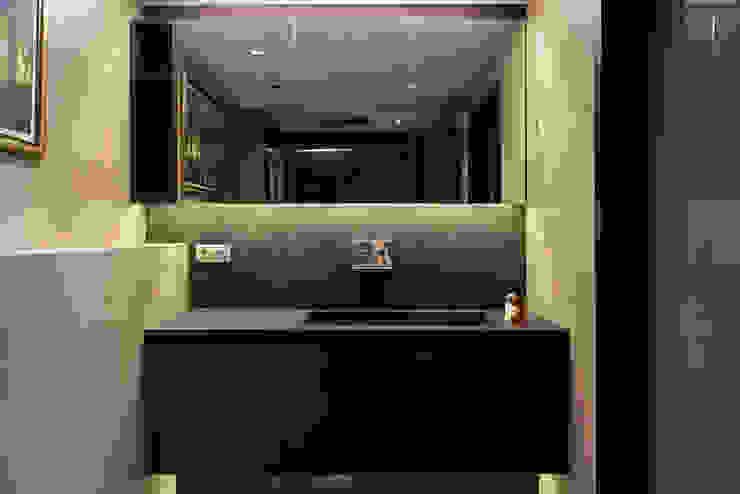 Baño apartamento Caldes Estrach, Barcelona Baños de estilo moderno de ETNA STUDIO Moderno Vidrio