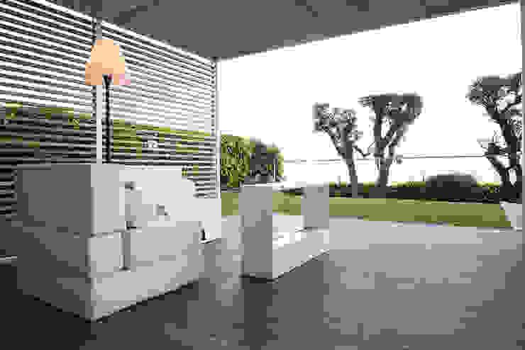 Modern Terrace by ETNA STUDIO Modern Stone