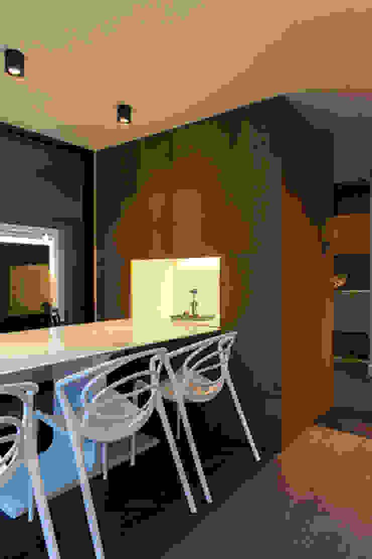 Salas de jantar modernas por ETNA STUDIO Moderno Madeira Acabamento em madeira