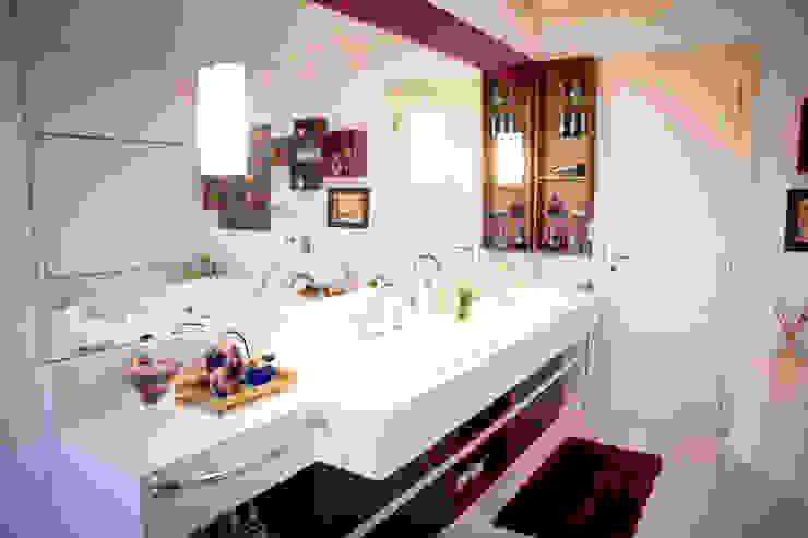 Banho suíte casal: Banheiro  por INOVA Arquitetura