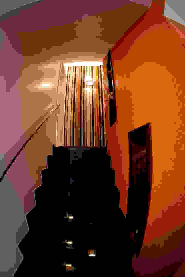 Escada acesso estar íntimo Corredores, halls e escadas modernos por INOVA Arquitetura Moderno