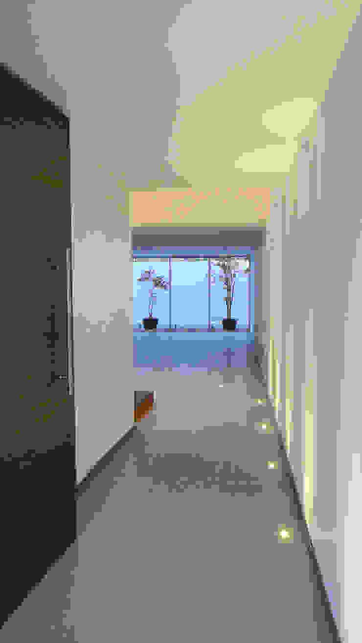 HUARAZ 14 Pasillos, vestíbulos y escaleras modernos de [TT ARQUITECTOS] Moderno