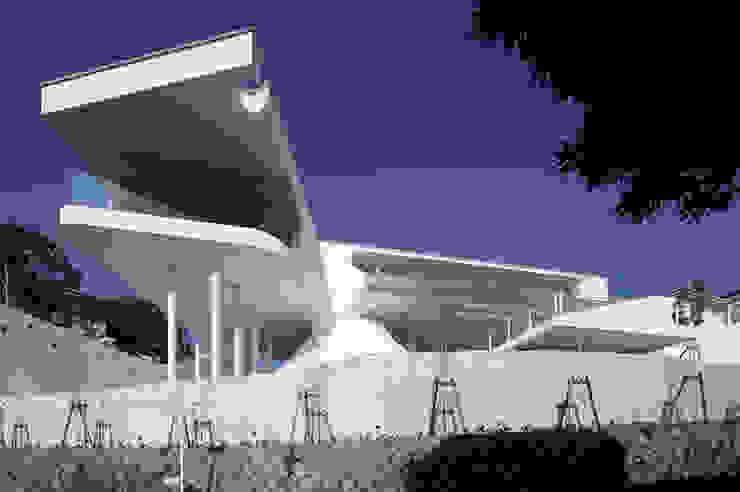 山と開口 モダンな 家 の EASTERN design office イースタン建築設計事務所 モダン