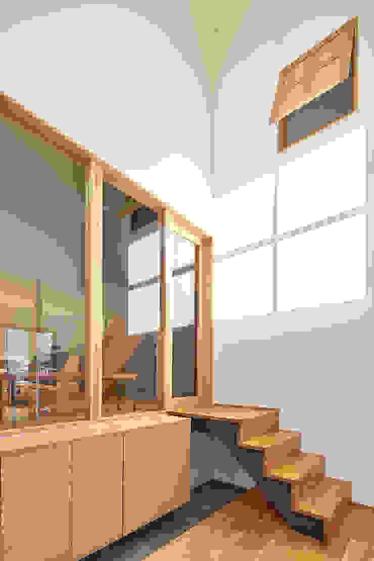吹抜けのエントランス モダンスタイルの 玄関&廊下&階段 の ケンチックス一級建築士事務所 モダン
