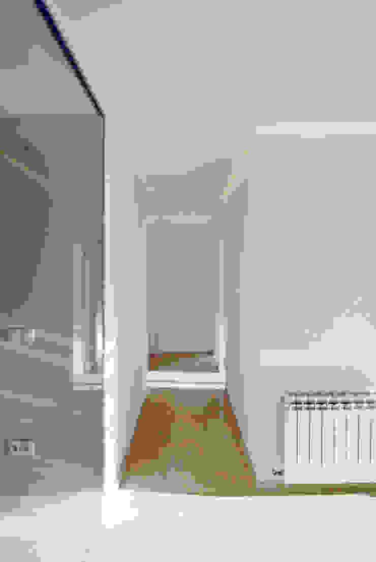 Distribuidor Pasillos, vestíbulos y escaleras de estilo minimalista de CM4 Arquitectos Minimalista