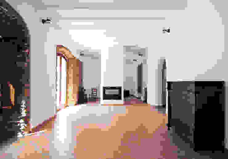 Rehabilitación de una Casa en Jabugo CM4 Arquitectos Salones de estilo rural
