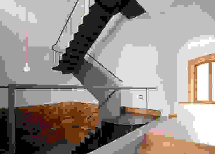 Rehabilitación de una Casa en Jabugo Pasillos, vestíbulos y escaleras de estilo rural de CM4 Arquitectos Rural