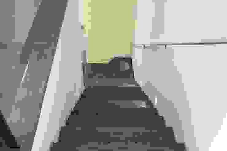 Escalera Pasillos, vestíbulos y escaleras de estilo rústico de SMMARQUITECTURA Rústico