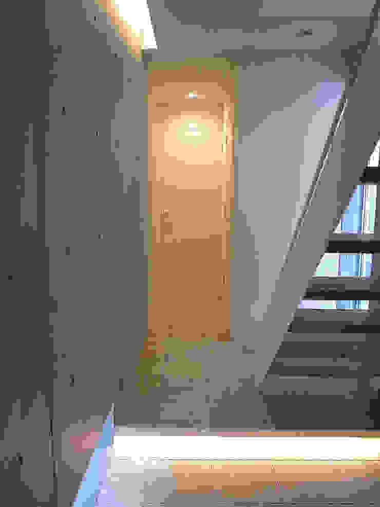 Modern Corridor, Hallway and Staircase by 有限会社スタジオA建築設計事務所 Modern