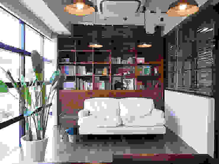 Oficinas de estilo rústico de 有限会社スタジオA建築設計事務所 Rústico