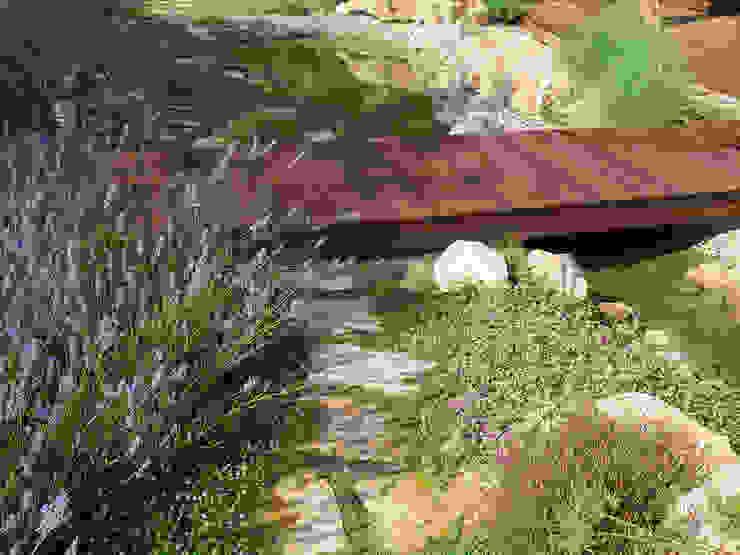 Puente de madera tropical Jardines de estilo mediterráneo de LANDSHAFT Mediterráneo
