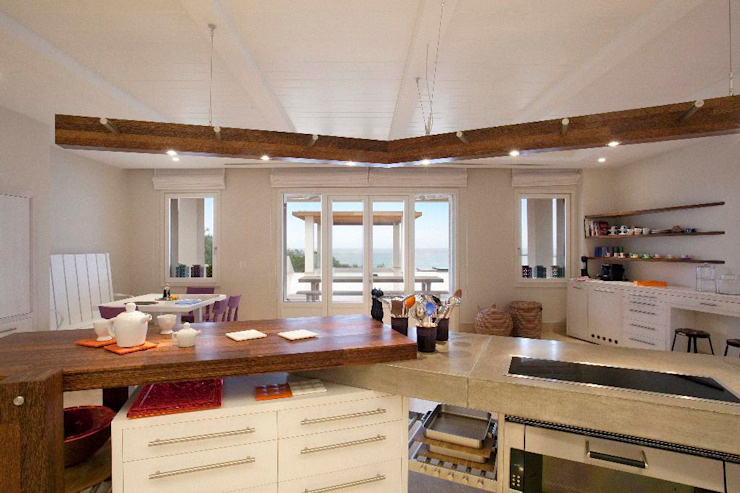 Kaplanis Mediterranean style kitchen by Johnny Grey Mediterranean