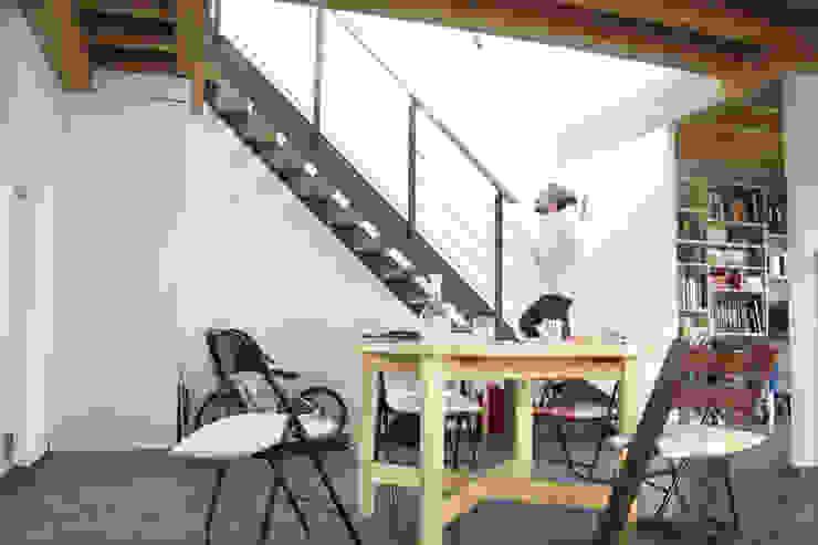 maison bioclimatique Couloir, entrée, escaliers modernes par ATELIER ARTEFAKT Moderne