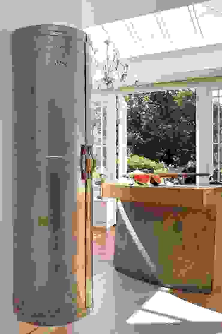Richmond – A Kitchen in Three Movements Johnny Grey ห้องครัวตู้เก็บของและชั้นวางของ