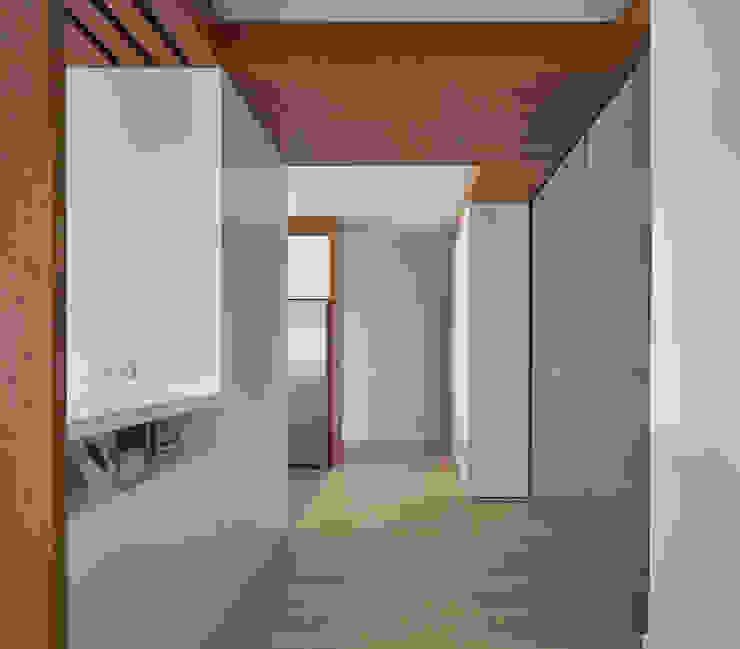 Pasillos Pasillos, vestíbulos y escaleras de estilo moderno de CM4 Arquitectos Moderno