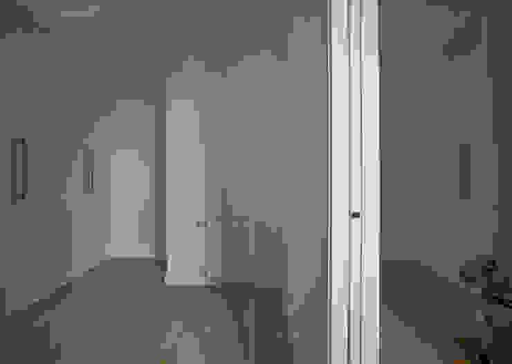 Puertas:  de estilo  de CM4 Arquitectos, Moderno