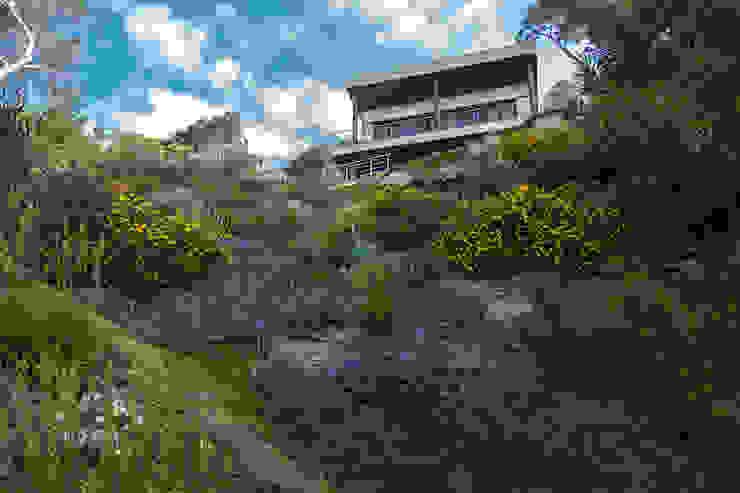 Jardin en flor en primavera Jardines de estilo mediterráneo de LANDSHAFT Mediterráneo