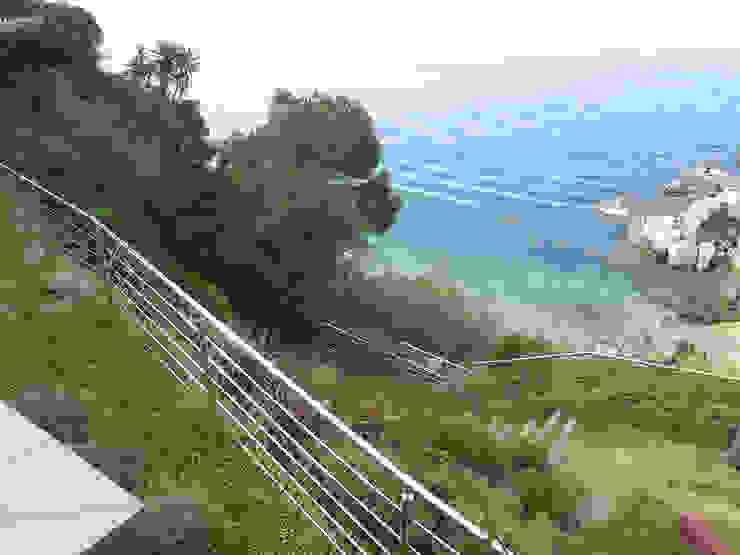 Bajando hacia el mar Jardines de estilo mediterráneo de LANDSHAFT Mediterráneo