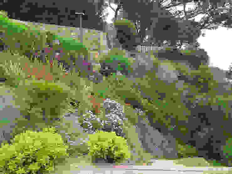 Talud floreciendo en primavera Jardines de estilo mediterráneo de LANDSHAFT Mediterráneo