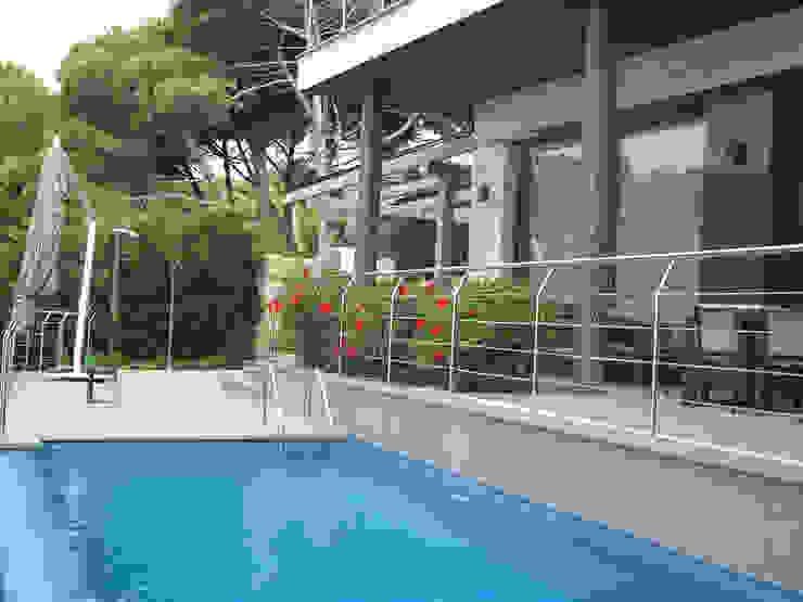 Jardinera de la terraza Balcones y terrazas de estilo mediterráneo de LANDSHAFT Mediterráneo