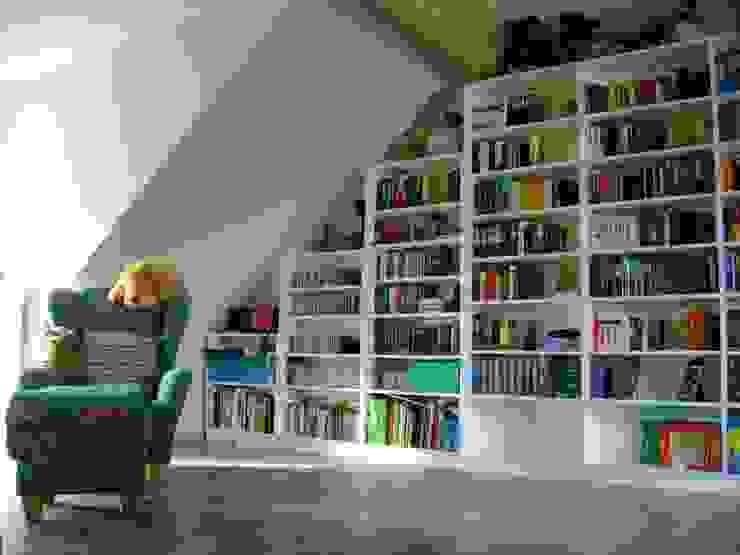 Bücherregal / Stufenregal in einer Dachschräge in Essen: modern  von Möbel nach Maß & Licht-Ideen,Modern
