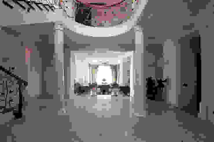 Коттедж в п. Шувакиш Коридор, прихожая и лестница в классическом стиле от Архитектурно-дизайнерская студия 'Арт Диалог' Классический