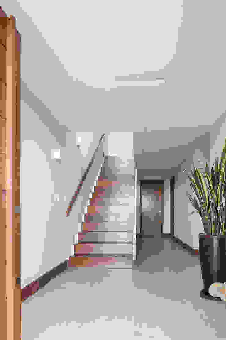 Casa Beira Mar - Seferin Arquitetura Corredores, halls e escadas modernos por Seferin Arquitetura Moderno