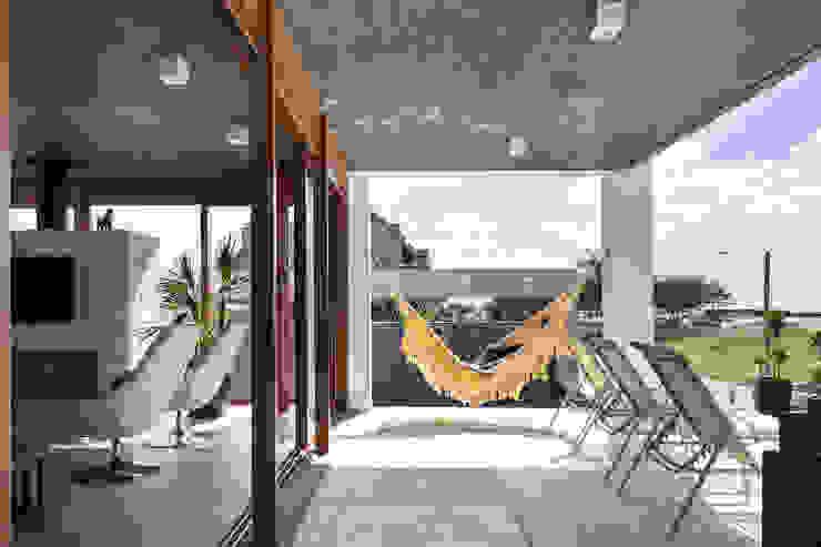 Casa Beira Mar - Seferin Arquitetura Varandas, alpendres e terraços modernos por Seferin Arquitetura Moderno
