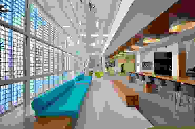 Sede RBS Espaços gastronômicos modernos por BG arquitetura   Projetos Comerciais Moderno