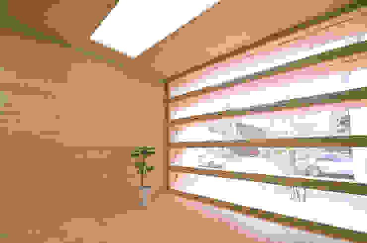 田村淳建築設計事務所 Finestre & Porte in stile eclettico
