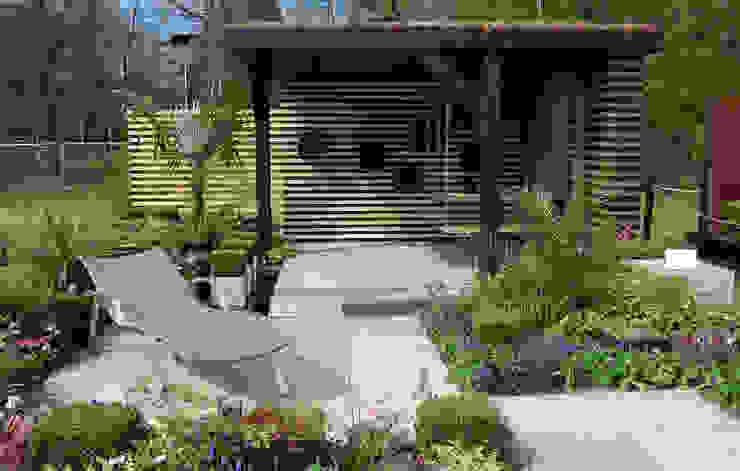 RHS Cardiff show garden Modern garden by Robert Hughes Garden Design Modern