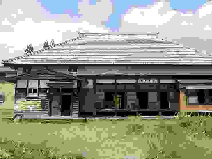 森の家 外観(before): 井上貴詞建築設計事務所が手掛けたクラシックです。,クラシック