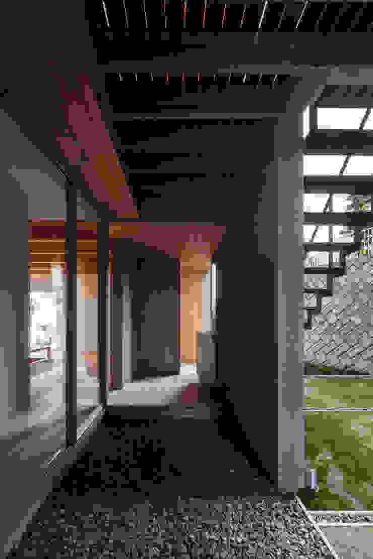 西向きの家 モダンスタイルの 玄関&廊下&階段 の takasago architects モダン